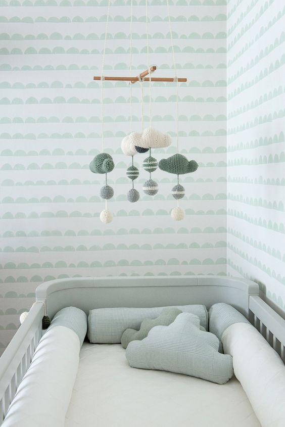 Quarto de bebê - decoração moderna - verde menta branco madeira clara e cinza - mobile e almofadas de nuvens de crochê ( Projeto: Triplex Arquitetura ):
