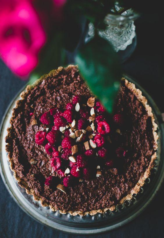 Love is in the air, tududududduuuu…. je hebt nog maar 11 dagen de tijd om te bedenken waarmee je je (potentiële) lover gaat verleiden. Geen paniek, laat die hartslagmaar weer zaken – de Groene Meisjes hebben het állemaal al voor je uitgedacht. Er is namelijk geen twijfel over mogelijk dat je met deze vegan chocolademousse … Lees verder Chocolademousse taart →
