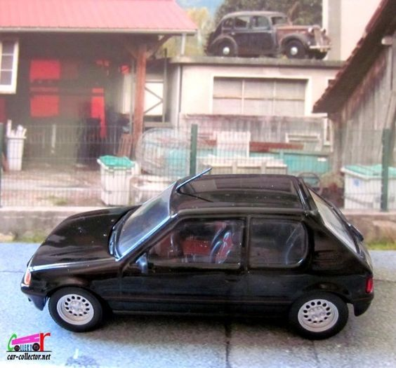 """Peugeot 205 GTI noire, numéro 4 de la collection espagnole Altaya """" Nos chères voitures des années 80"""" (nuestros queridos coches anos 80), paru en 2006, échelle 1/43, immatriculation en Espagne, fabricant Ixo, made in China.  104 106 201 202 203 204 205..."""
