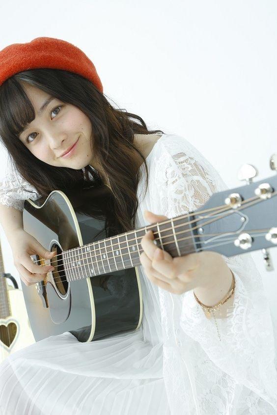 ギターを弾く橋本環奈
