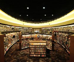 欲借助書店know-how來管理武雄市圖書館,並於2013年4月重新改裝對外營業。館內除了圖書館應有的功能,如借還書、期刊,提供閱覽室、視聽室供市民大眾使用外,還有可直接購買書籍的書店,以及光敞明亮的休憩空間,最貼心的是,竟還附設了星巴克咖啡,讓向來貪圖免費wifi的我備感溫暖。...
