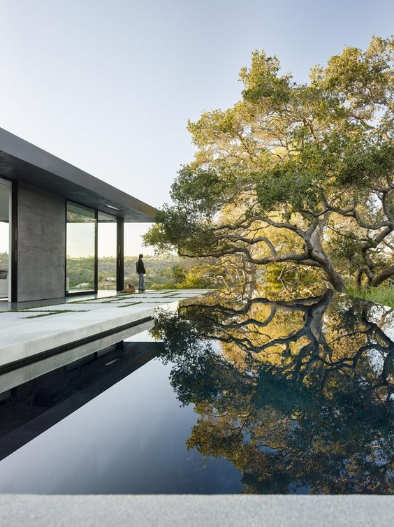 Built by Walker Workshop in Beverly Hills, United States with surface 8000.0. Images by Joe Fletcher. The Oak Pass main house sits on the top of a 3.5 acre ridge site with panoramic canyon views. There are over 130 prot...