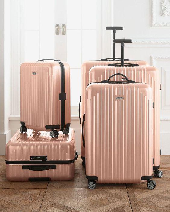 Perfekt ausgestattet für die Hochzeitsreise sind Sie mit diesem Kofferset in Roségold.