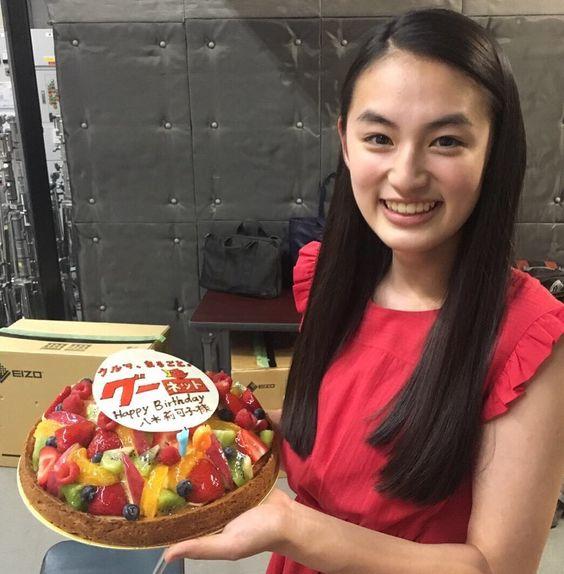 ケーキを持つ八木莉可子