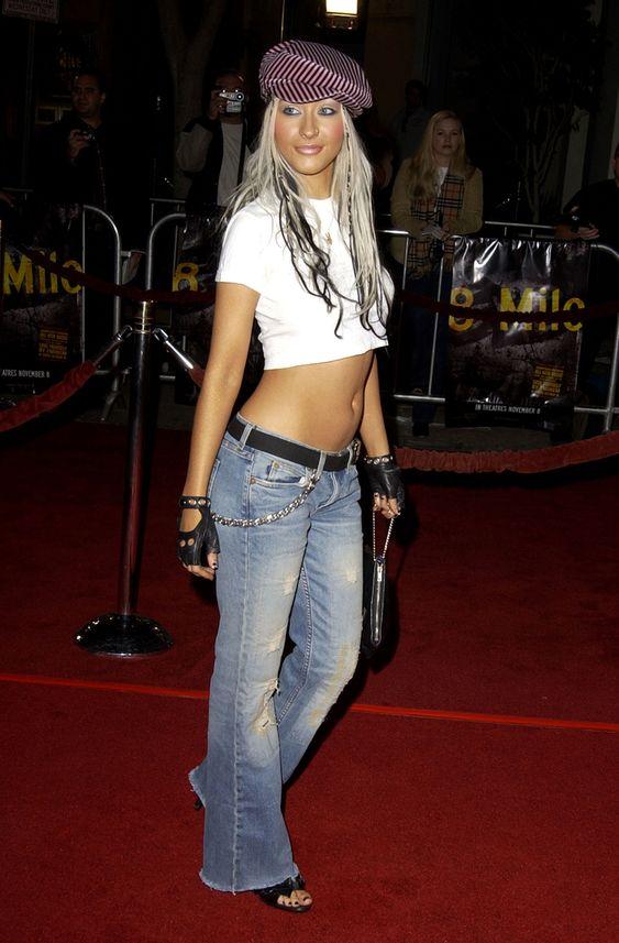 """3. Le crop-top Haut fétiche des pom-pom girls, Christina Aguilera et Britney Spears portent fièrement le crop-top sur scène au début des années 2000, tout comme Mel B dans le clip """"Wannabe"""" des Spice Girls en 1996 #ChristinaAguilera #Fashion #90s"""