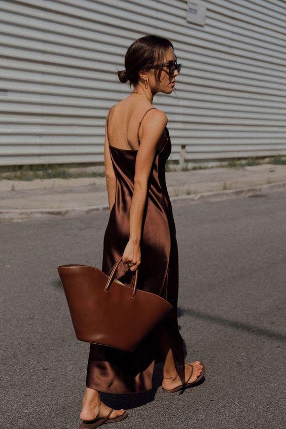 Best tote bags: Débora Rosa carrying brown tote bag