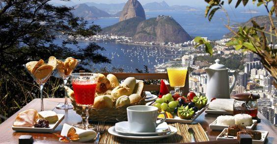 Sucos, pães, frios, geleias, café, frutas e tapioca fazem parte de uma boa mesa para começar o dia no Brasil: