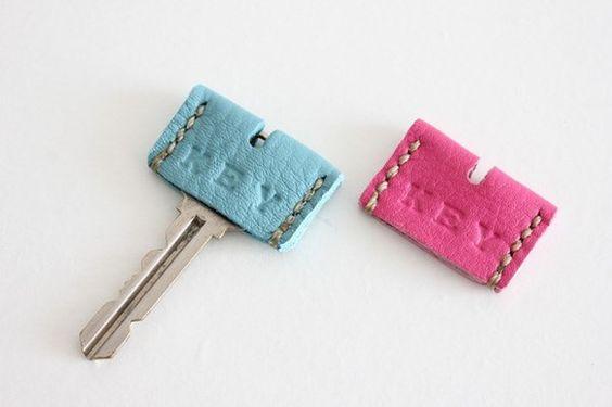 本革のキーカバーです。【お色】ピンクとブルーのセット【サイズ】約3,6×2,4cm (カバー全体)KEYの刻印が入っています。|ハンドメイド、手作り、手仕事品の通販・販売・購入ならCreema。
