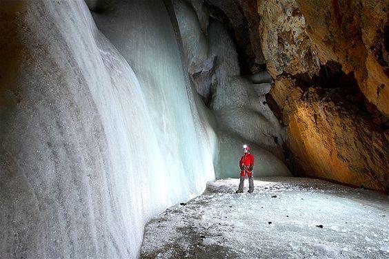 Caverna de gelo incrustrada em uma montanha em Stojna, Eslovênia. *-*