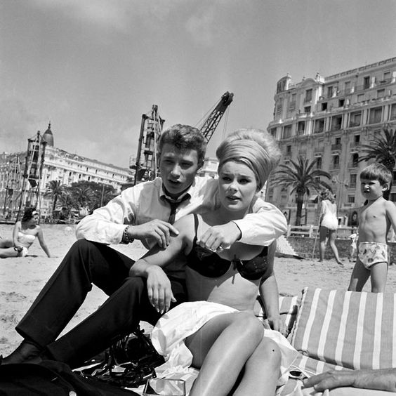 1962: Johnny Hallyday and Elke Sommer sit on the beach: