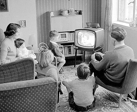 Família reunida ao redor de um televisor típico dos anos 60. #tradicao #televisao