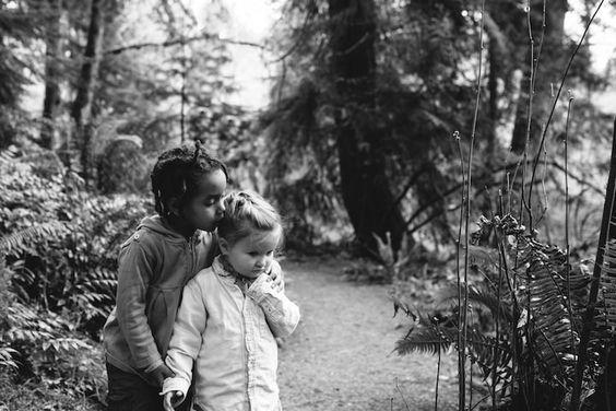 Deux soeurs photographiées en noir et blanc nous montrent que l'amour n'a pas de…