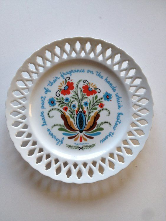 This is a vintage (circa 1960s) Berggren lace edge wall plate with folkloric Swedish pretty design.    It measures approx.  9 1/4 inches in diameter.  It is in excellent condition with no chip...