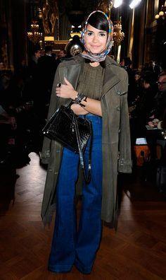 Street style look com lenço na cabeça e maxi casaco.