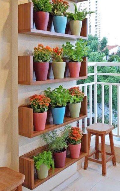 A varanda pequena permite a você criar várias opções de jardins verticais. Aposte em prateleiras e vasinhos coloridos para deixa-la alegre e bonita :):