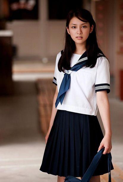 セーラー服の武井咲