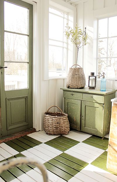 Wonderful mud room. What a way to be greeted when you get home. I adore that green and white checkered floor, the green door and that cute little green sideboard. Lovely, lovely, lovely: