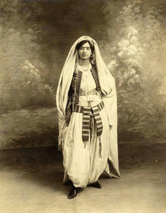 Lovely Algerian women in traditional costume