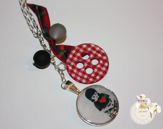 Modische Halskette mit gegossenem Anhänger a la Bankys...den britschen Touch erhält die Kette durch einen Roten Stoffknopf sowie einer Schleife mit Ka