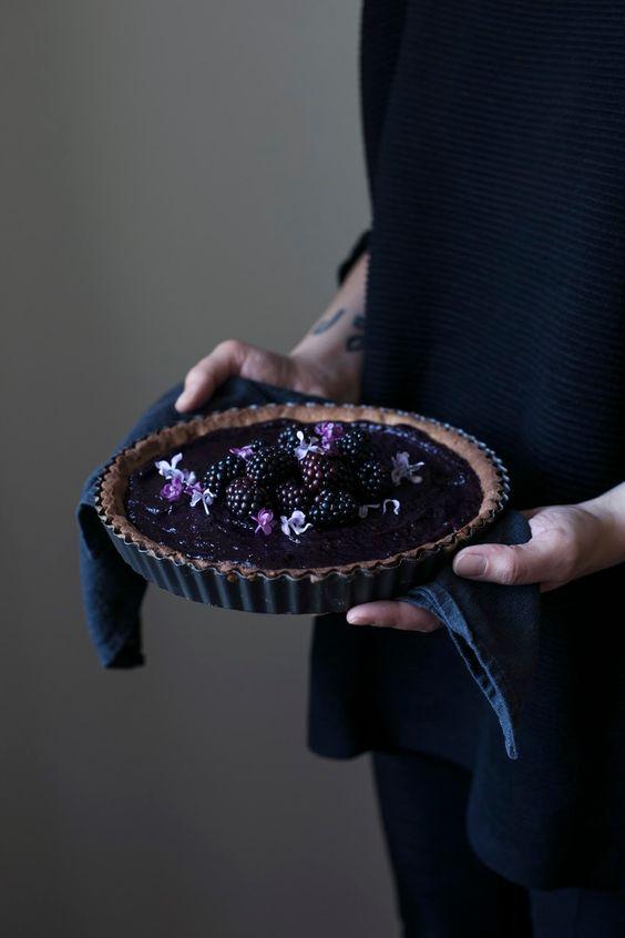 Our Food Stories // glutenfree elderberry-blackberry-curd tart zutaten (für eine tartform mit 24cm-ø)  holunder-brombeer-curd: 40ml brombeersaft (von etwa 100g frischen brombeeren) 60ml holundersaft (direktsaft/muttersaft) 60ml zitronensaft (1-2 zitronen) 1 kleines stück ingwer 200g zucker 4 eier (größe m oder l) tart-teig: 150g reismehl 40g geschälte hanfsamen 100g kalte butter 80g zucker 1/2 tsp salz 1 ei (größe m oder l)