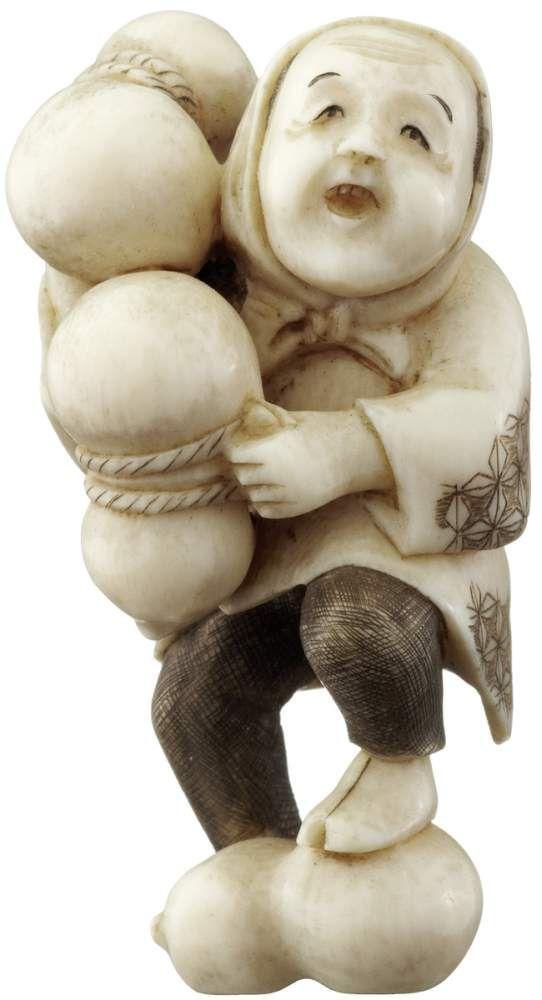 Netsuke eines Händlers Japan 19. Jh. Elfenbein mit Patina. Flaschenkürbis-Verkäufer preist seine Ware an. Auf Rotlack-Plättchen signiert. Höhe 5.5 cm