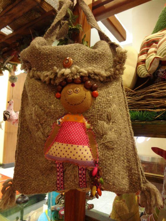 Bolso en lana de Oveja, con bordado a mano y telas recicladas.   Hecho a mano por Papalote Ecuador.  Encuéntralos soló en Mall el Jardín Quito.