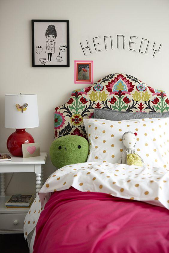 love the headboard.  Oui, la tête de lit est très jolie, mais tout l'ensemble de la chambre est original et frais, parfait pour une jeune fille.: