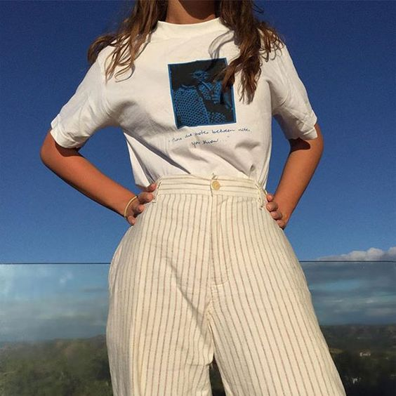 Iris Law usa calça fluída e t-shirt.