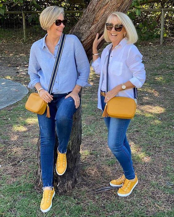 dos personas usando exactamente la misma ropa como si fuese una moda