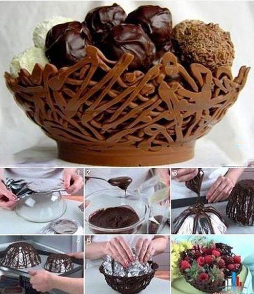 Nu trebuie sa ai talent de mare cofetar ca sa realizezi decoratiuni din ciocolata pentru prajiturile de casa, ci te poti inspira din articolul de astazi
