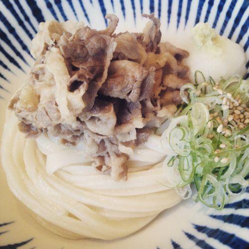 """コシのある、美味しいうどん! 札幌の大通にあるお店。 『増田うどん』  代表の増田英之氏は、福岡出身で故郷福岡のではポピュラーな肉うどんを札幌にオープンされました。 店内はうどん屋のイメージと異なり、カフェのような本当に綺麗でお洒落です。 女性一人でもデートでもOK!!  写真は、増田肉ぶっかけうどん! 冷たくコシのあるうどんと、甘いお肉がぴったりです!! 唐揚げは、柚子こしょうが入っていたり、こだわりを感じました。  http://s.tabelog.com/hokkaido/A0101/A010102/1043434/ ******************* Delicious noodles! Shop in Sapporo Odori. """"Masuda Udon"""""""