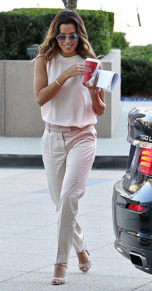EVA LONGORIA  Para asistir a una reunión de negocios en Century City, California, la actriz eligió un atuendo en tonos neutros, con un top s...