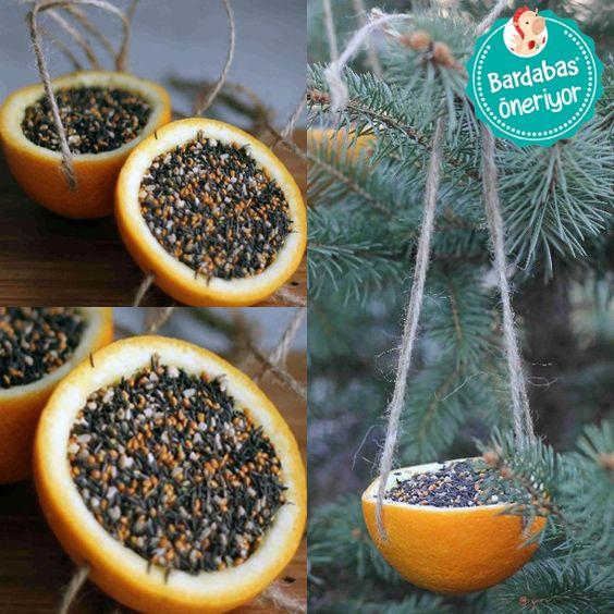 Kuş yemliği Biz portakaldan yapılan bu kuş yemliğine bayıldık! Hazır kuş yemi alıp kullanabileceğiniz gibi arpa, çekirdek gibi evde bulunabilecek malzemeleri bal ya da fıstık ezmesi ile karıştırabilirsiniz. Önceden içini boşalttığınız yarım portakalın 4 tarafına delik açın. İpleri geçirin ve hazırladığınız karışımı koyun. Güzel vakit geçirmenizi sağlayacak bu aktivite küçüklerimizin kuşları daha yakından gözlemleyebilmeleri için de harika bir fırsat!