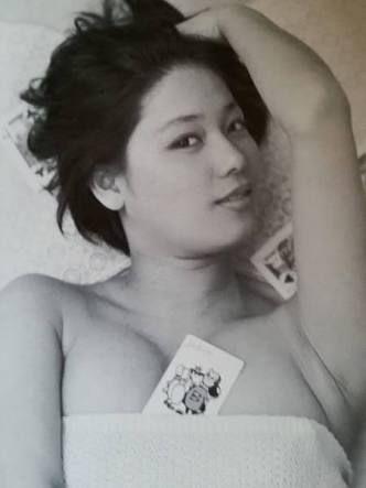 トランプを胸に挟んでいるタオルを巻いたひし美ゆり子の画像