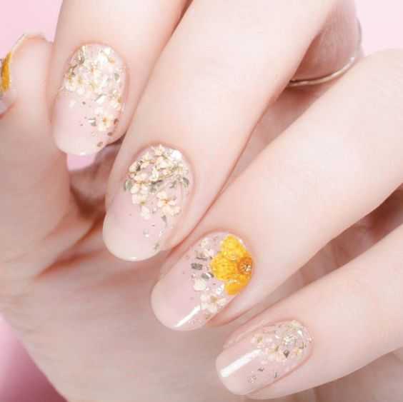 Dried flower nail art by Cassandre Marie