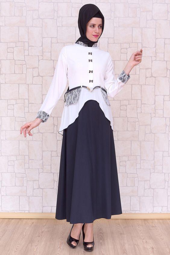 Fiyonk Düğmeli Beyaz Elbise, polyester kumaştan, astarsız ve 140 cm boyunda Pay Butik tarafından üretilmiştir.
