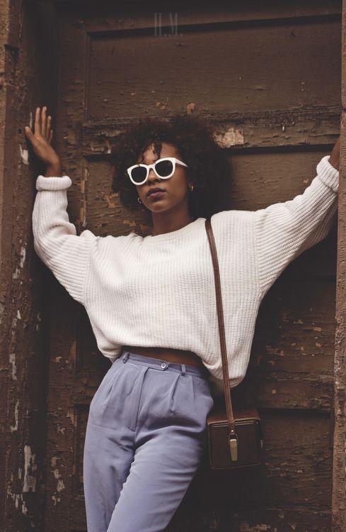 Coucou les filles !  Le pantalon taille haute est une pièce résolument chic et moderne du dressing féminin. Encore faut-il oser le porter et savoir comment bien l'assortir !  On vous montre comment bien faire en 8 …