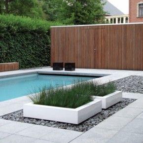 Modern zwembad met natuurlijke materialen. Bij dit zwembad zijn vooral natuurlijke materialen begruikt zoals hout, kiezelstenen en gras. Het zorgt voor een rustig en ontspannen geheel.
