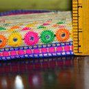 Multi-color Bordados Espejo Lentejuelas Encaje Trabajo en amarillo, naranja, magenta, azul, verde en la tela de seda de algodón de color beige para la frontera sari de seda. Trim es aproximadamente...
