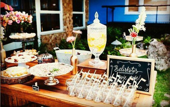 Quem não gosta de umas guloseimas não é mesmo? Os noivos separaram um lugarzinho especial para os 'belisketes'. Inspiração deliciosa e super criativa! #wedding #weddinginspiration #weddingideas #weddingblog #casamento #inspiração #inspiraçãodecasamento #guloseimas #blogdecasamento #casorioavista #Alamango #Bridal #Textiles #Wedding #AlamangoBridal #AlamangoTextiles #Malta #LoveMalta #Bridesmaid #WeddingDress