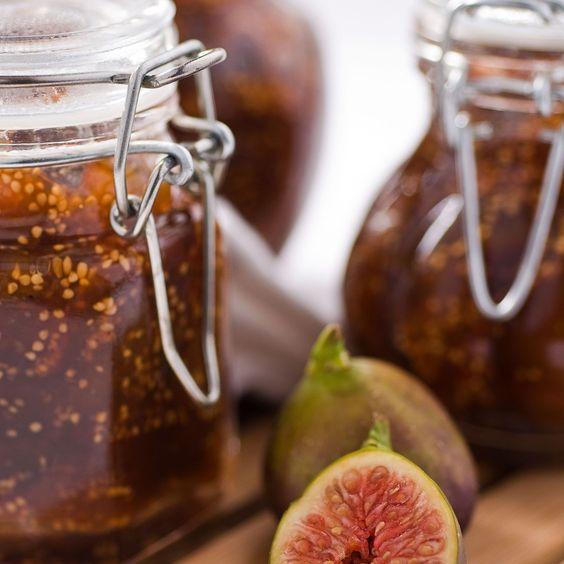 Elles sont idéales pour mettre l'été en boîte. Abricots, fraises, rhubarbe, melon, myrtilles ou figues… Tout est bon à tartiner sur du pain frais !