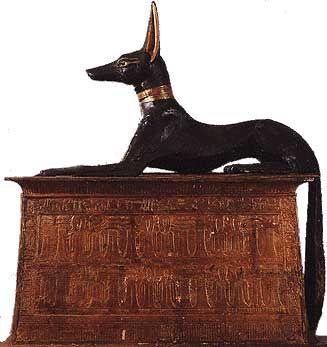 Anubis, le dieu funéraire égyptien, sous sa forme animal de canidé, chien ou chacal - Statue découverte dans le tombeau du pharaon Toutânkhamon dans la Vallée des Rois.: