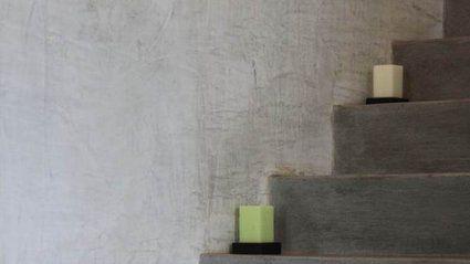Vous venez d'emménager dans une maison neuve, mais l'escalier en béton qui mène à la cave n'est pas à votre goût ? Vous souhaitez rafraîchir un escalier intérieur en créant de nouvelles marches ? Rogério Mendes, menuisier, vous montre la marche à suivre pour réaliser un gabarit pour des marches aux dimensions irrégulières