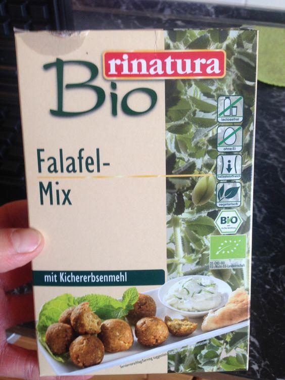 Foto: Dieser Falafel-Mix ist vom REWE. Ich hab einfach die halbe Menge nach Anleitung zubereitet, das Waffeleisen mit einem Pinsel und Olivenöl bestrichen und den Teig hinein gegeben. Nächstes Mal muss ich ein wenig mehr Wasser hinzugeben, denke ich. Der Teig war für meine Begriffe ein bisschen zu fest. / © Der grüne Mami Blog