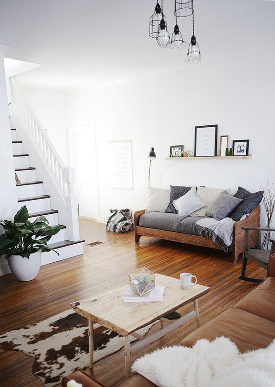 weißes Sofa und runde Beistelltische in Metall Optik