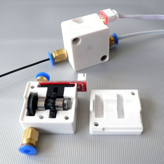 Système de contrôle d'alimentation du fil  https://youtu.be/7Bhbh1mcsi8  More information: http://www.genapart.com/electronique/el1086/  Boitier / housing: PLA x 1 Couvercle / Cover: PLA x 1 Roue dentée / Toothed wheel: PLA x 1 Roue d'entrainement / Driven wheel: Filament caoutchouc/ Rubber filament                                                                x 1 Capteur optique / Optimal sensor        x 1 Roulements / Ball bearing 603ZZx 2 Vis TBHC / TBHC…