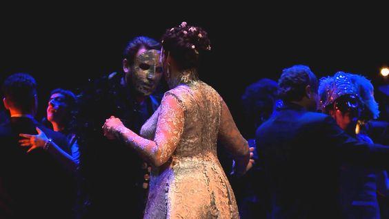 Un Ballo in maschera  Oper von Giuseppe Verdi - am Konzert Theater Bern Riccardo Graf von Warwick wird als Gouverneur von Boston geachtet. Dennoch formiert sich eine kleine Gruppe von Verschwörern die ihm nach dem Leben trachtet. Die Wahrsagerin Ulrica warnt ihn vor seinem baldigen Tod durch die Hand eines guten Freundes. Riccardo schenkt der Prophezeiung keinen Glauben da ihn mit Renato seinem treuesten Mitarbeiter eine tiefe Freundschaft verbindet. Als Renato jedoch erfährt dass Riccardo…