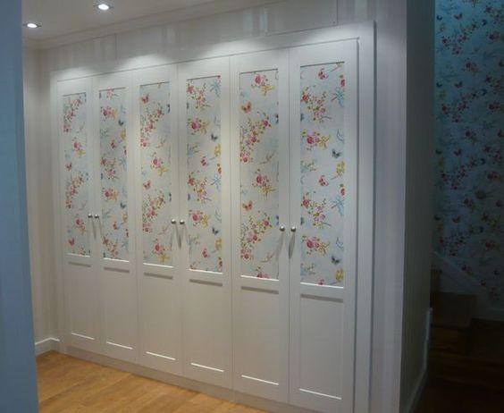 Bonito armario empapelado con un bonito papel de coordone for Papel pintado puertas