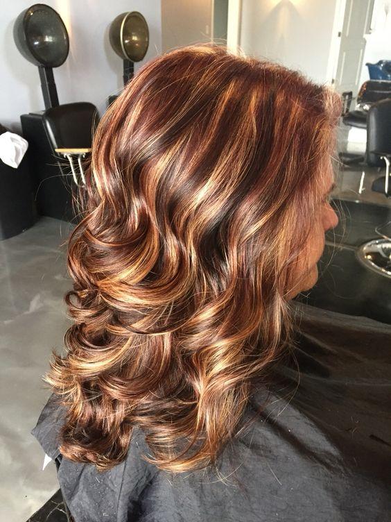 Тъмнокафява коса със средно кафяво Намалява червената коса с блестящи акценти и виолетови слаби светлини