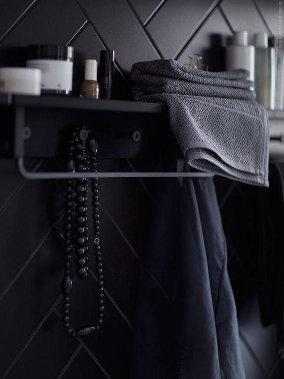 Elegant contrast. HJÄLMAREN handdukshängare/hylla 249 kr, FRÄJEN handduk grå.